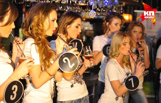 Конкурс на скоростное употребление пива через трубочку. Фото: Анатолий ЖДАНОВ